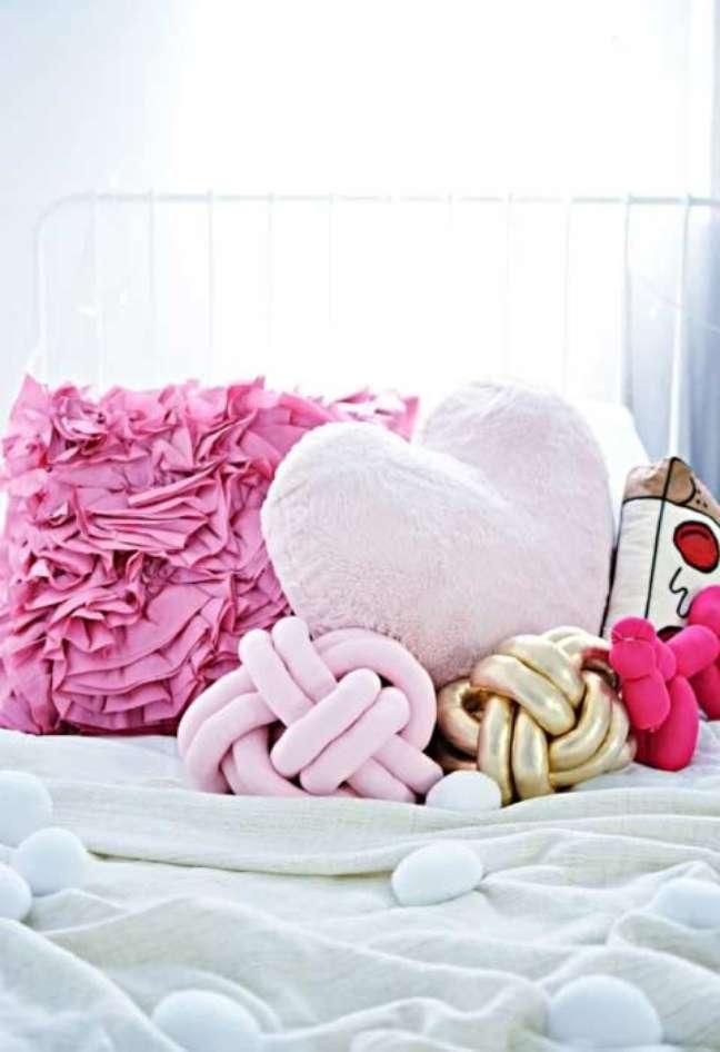 61. Cama decorada com almofadas divertidas – Foto Pinterest