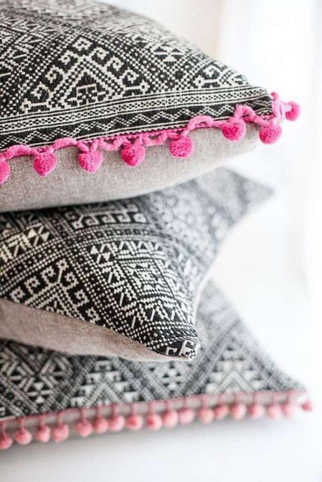 20. Tecidos para almofadas de estampadas e bordado colorido – Foto Flicr