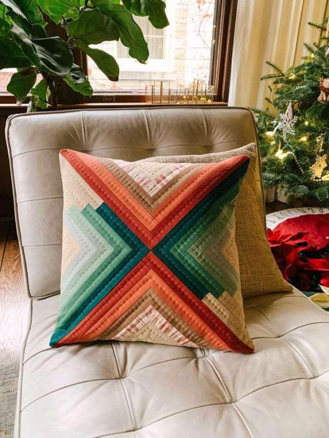 22. Almofada com retalho de tecido colorido – Foto Suzy Quilts