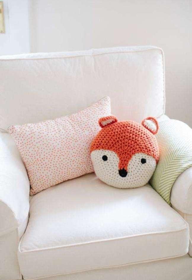 40. Almofadas divertidas de crochê para poltrona branca – Foto Pinterest