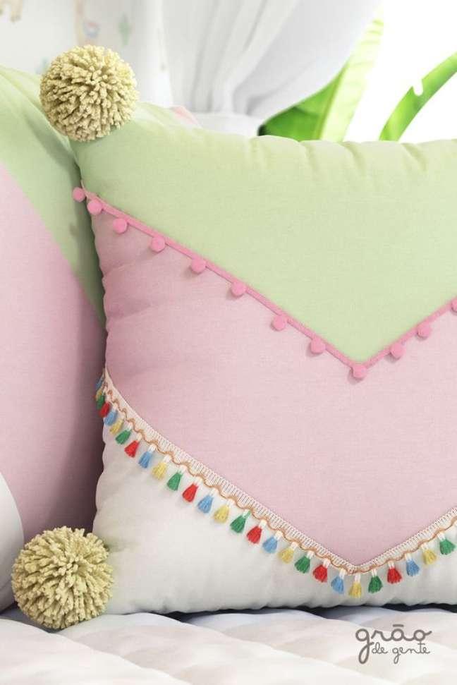 16. Tecido para almofada colorida para quarto infantil – Foto Grão de Gente