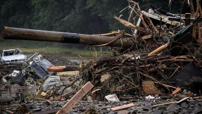 Fortes chuvas já deixaram cerca de 100 mortos na Alemanha; na foto, destroços na cidade de Schuld