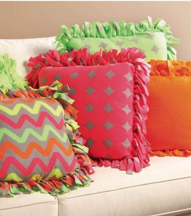 28. Almofadas com estampas divertidas e cores variadas – Foto Simplichique