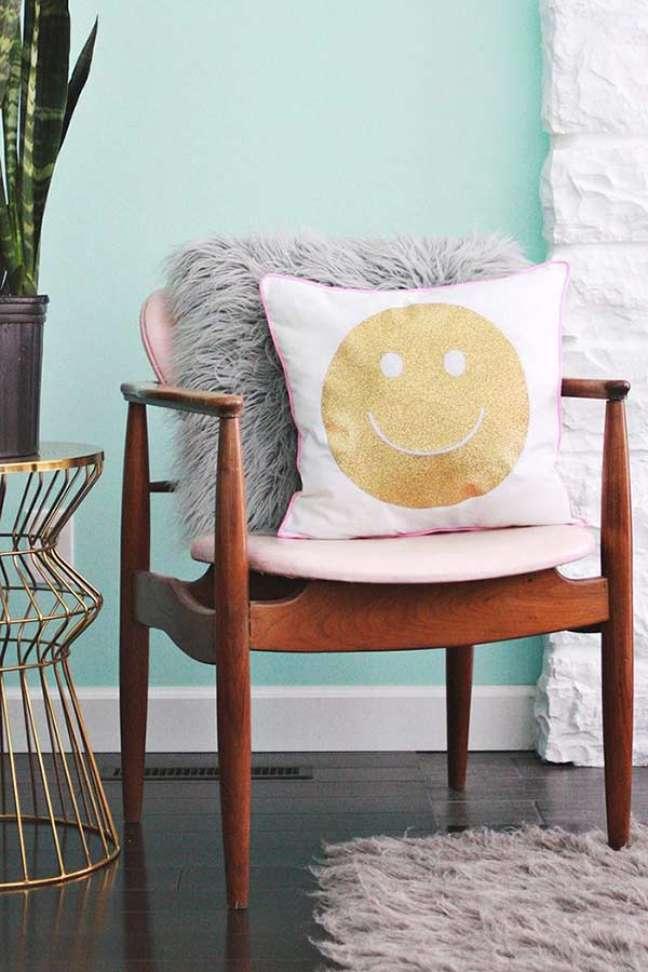 77. Sala com almofadas divertidas com estampa de emoji – Foto Pinterest
