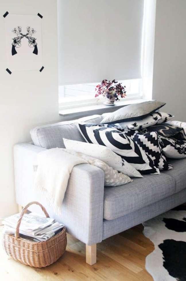 84. Sofá com tecido para almofada estampada – Foto Flair Magazin