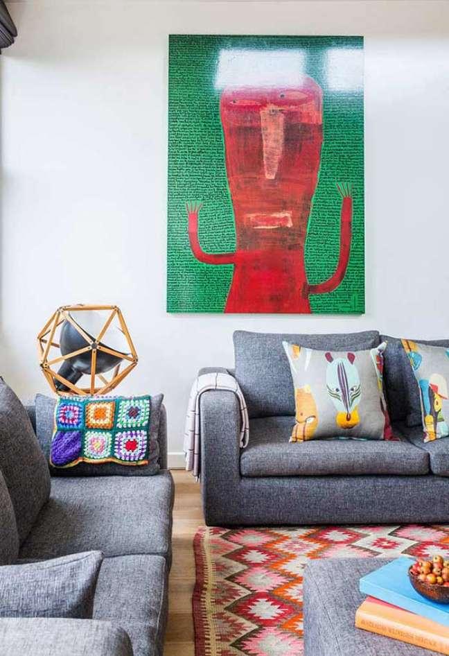 81. Sala criativa com almofadas divertidas no sofá – Foto Pinterest