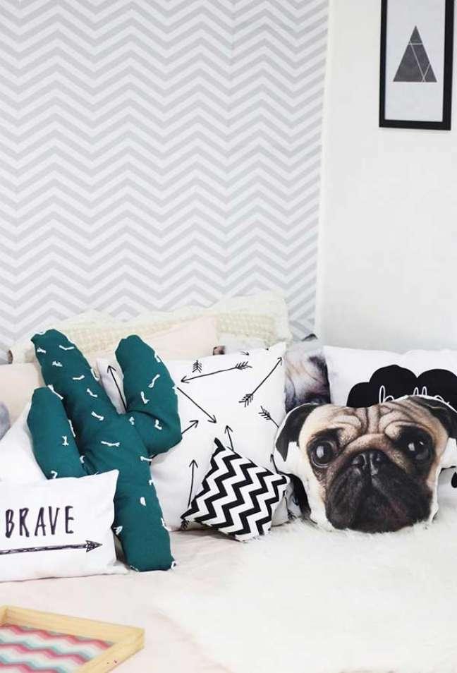 71. Quarto com almofadas divertidas na cama – Foto Pinterest