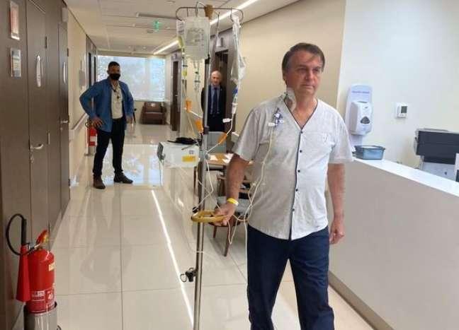 Bolsonaro caminha pelos corredores de hospital em São Paulo