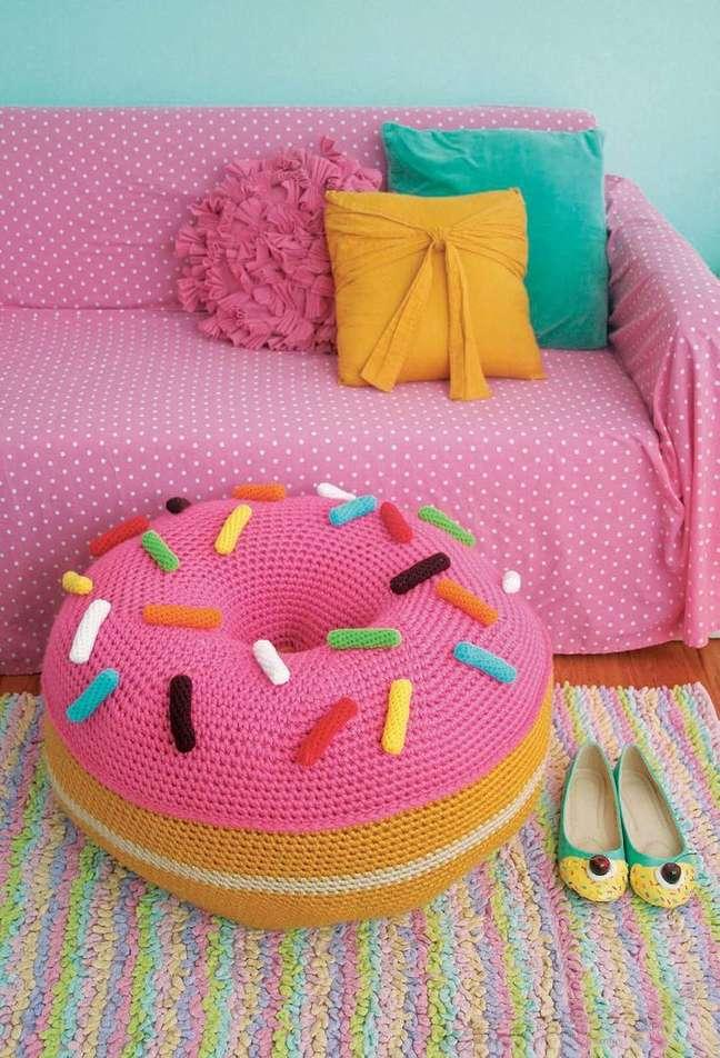 78. Sala com almofadas divertidas de animais infantis – Foto Angies Roost