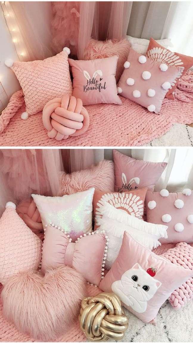 62. Cama decorada com almofadas divertidas em tons de rosa – Foto Aliexpress
