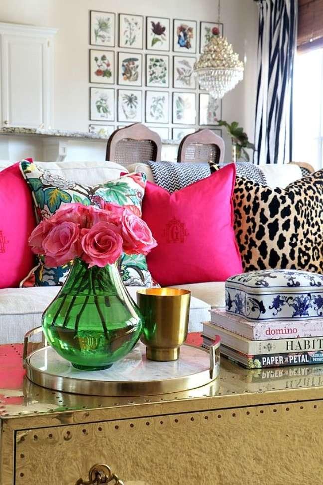 12. Sofá branco com almofadas coloridas e estampadas – Foto Pinterest