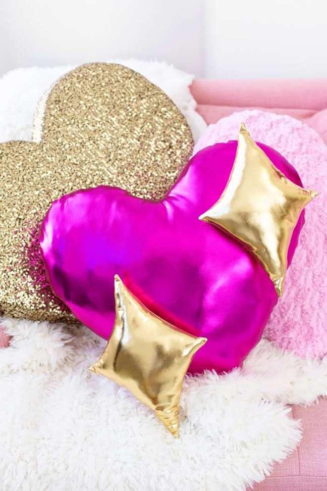 55. Almofadas divertidas feitas com tecido metálico – Foto Pinterest