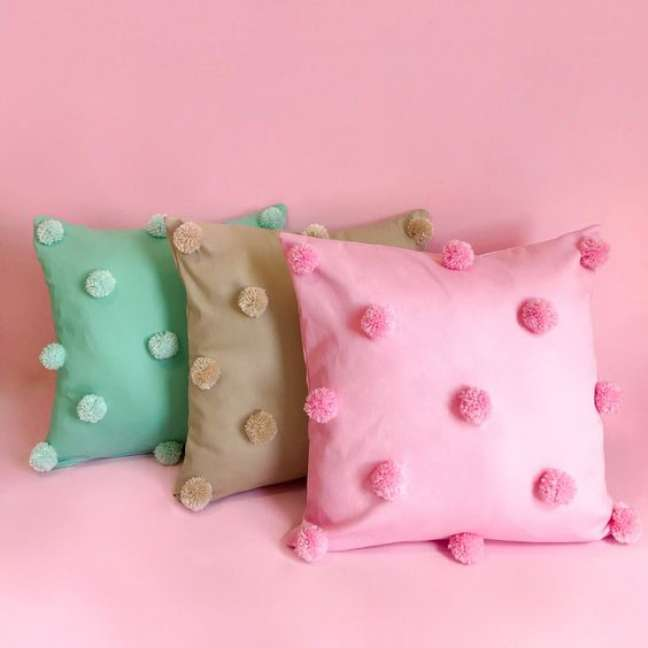 32. Almofadas divertidas com pompoms em tons pasteis – Foto Pillow Pink