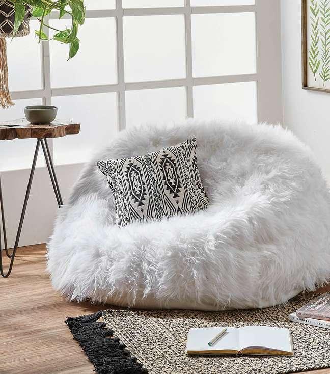 69. Puff fofão branco de pelucia com almofada estampada – Foto Pinterest