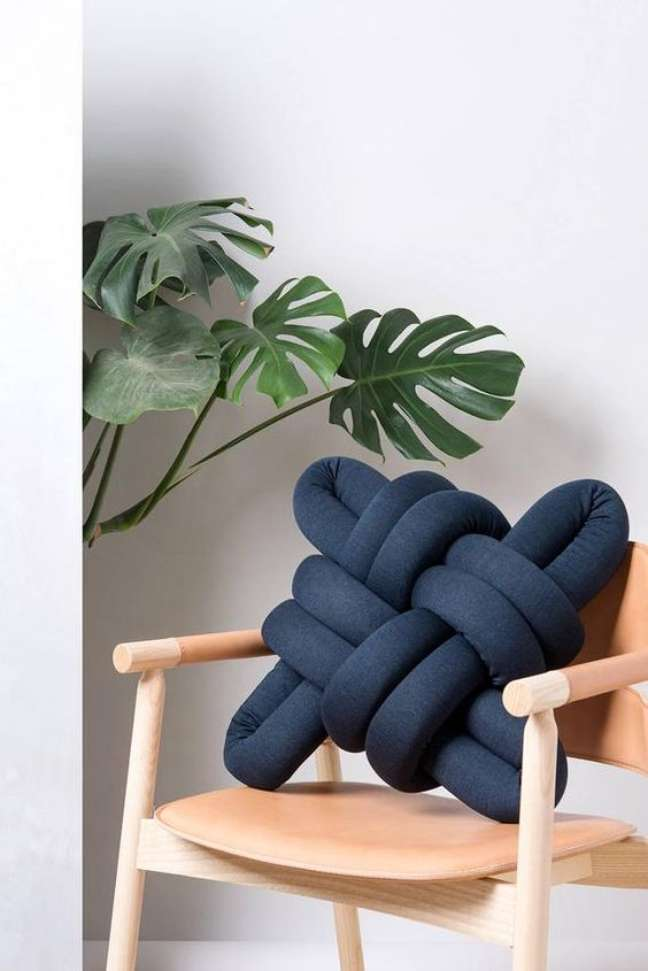 46. Almofadas divertidas na cor azul marinho para cadeira de madeira – Foto Etsy