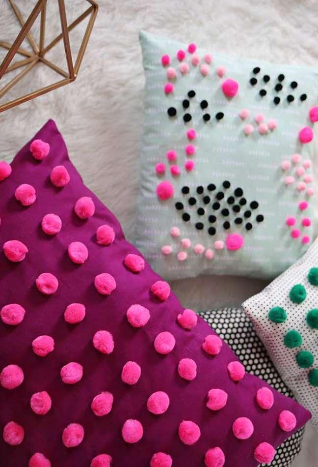 43. Almofadas divertidas e coloridas para sala de estar – Foto Pinterest
