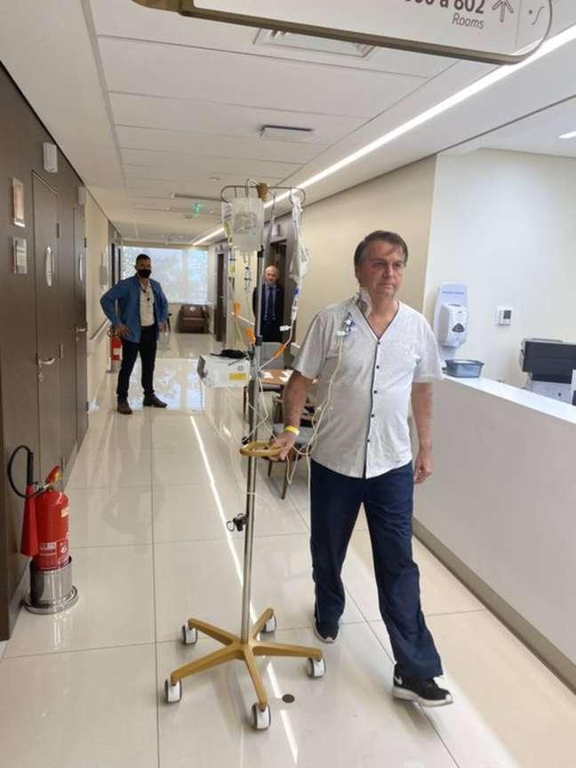 Foto de Bolsonaro em hospital foi publicada em sua conta no Twitter durante internação em São Paulo