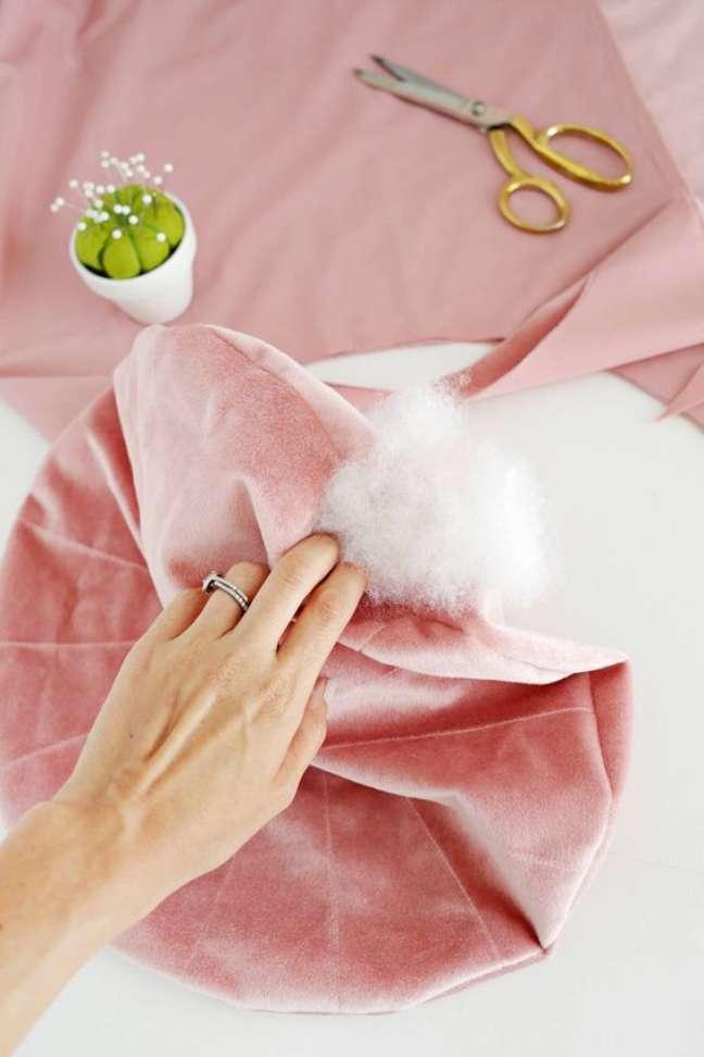 57. Aprenda como fazer almofada redonda – Foto A Beautiful Mess