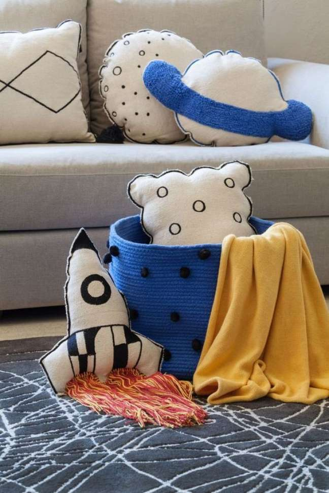 79. Sala com almofadas divertidas de planetas – foto Burke DEcor