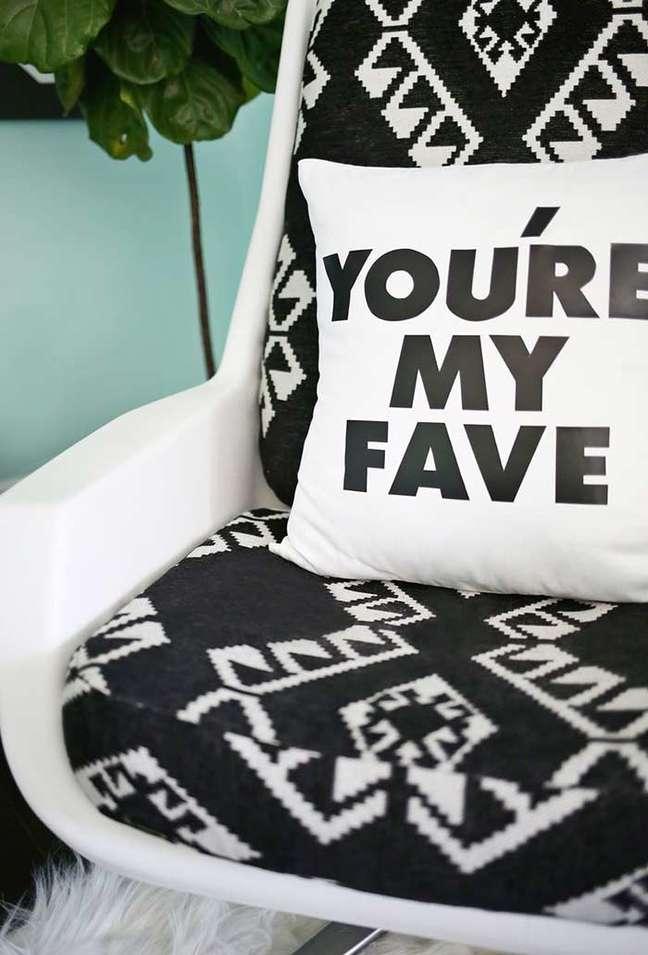 31. Almofadas divertidas com frases em preto e branco – Foto Pinterest
