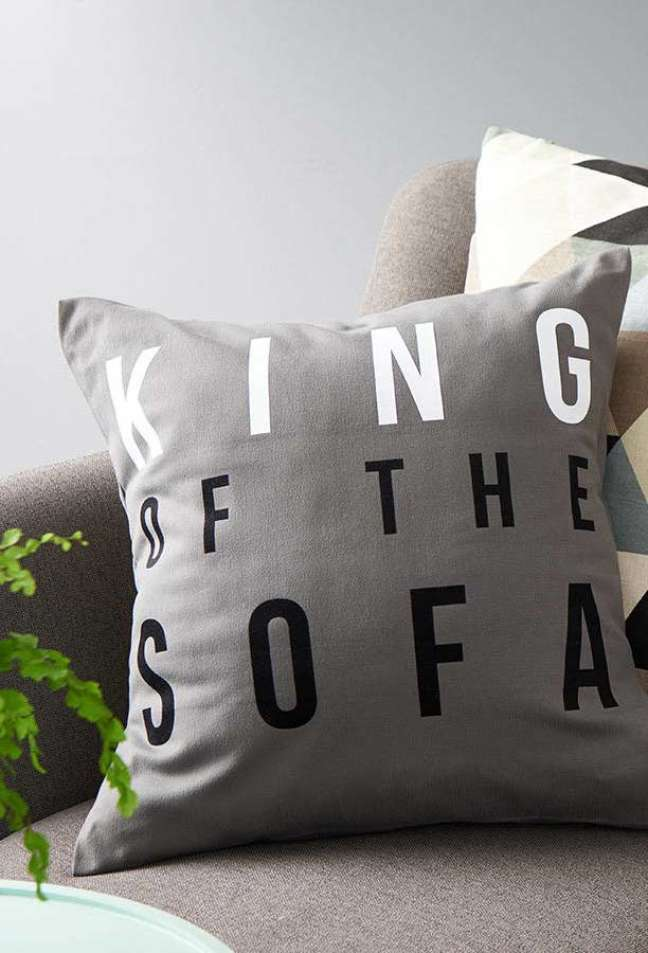 52. Almofadas divertidas para sofá com frase – Foto Pinterest