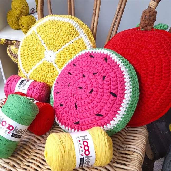 39. Almofadas divertidas de croche com formato de frutas – Foto Hooedyarn