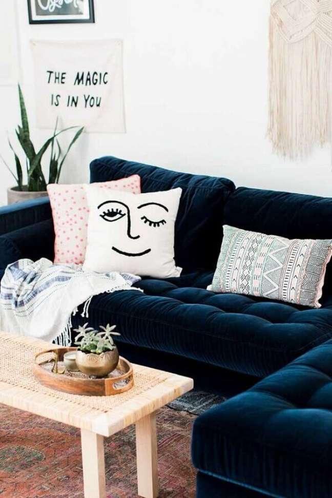 82. Sofá azul marinho em L com almofadas divertidas – Foto Pinterest