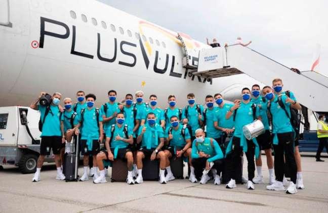 Delegação da Seleção olímpica posa antes de viajar para Tóquio: grupo chega sábado à capital japonesa (Foto: Lucas Figueiredo / CBF
