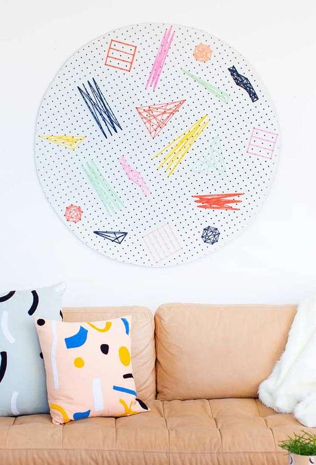 11. Sofá rose gold com almofadas divertidas e coloridas – Foto Pinterest