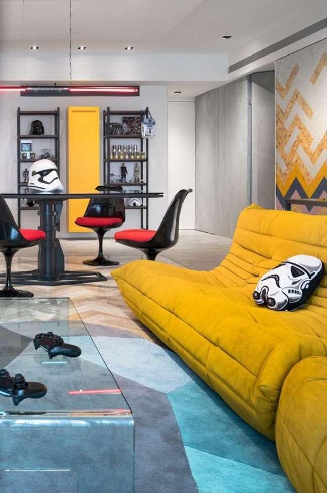 65. Decoração geek star wars com sofá amarelo e almofada de stormtroompers – Foto Casa Vogue