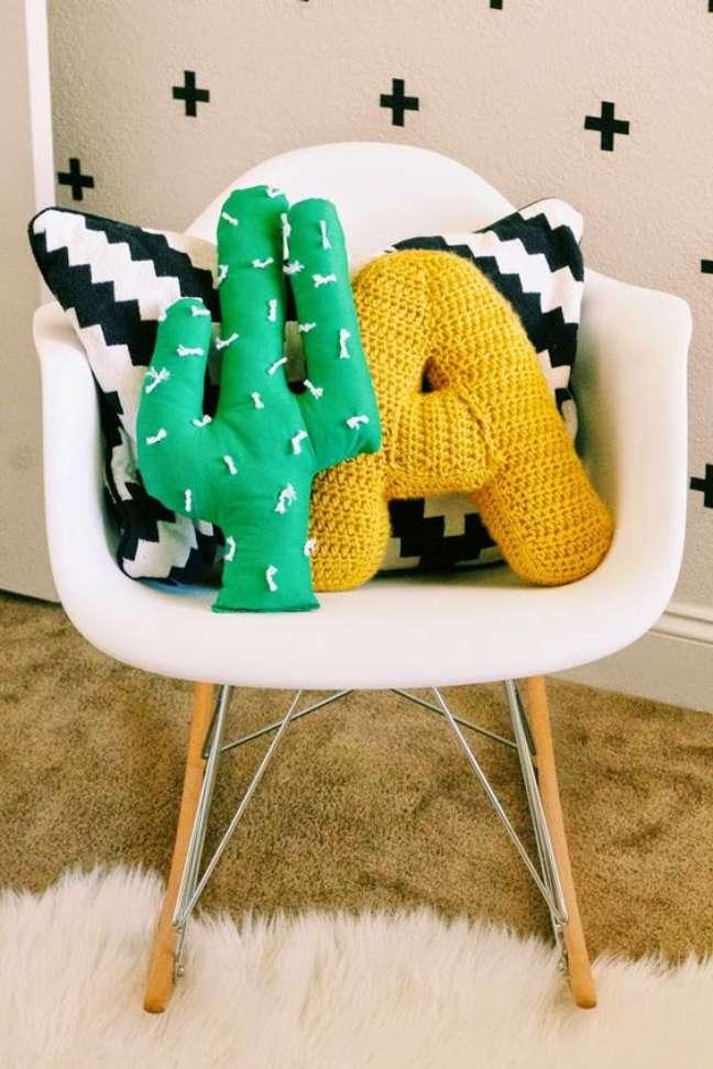 68. Poltrona branca com almofadas divertidas – Foto Casa de Valentina