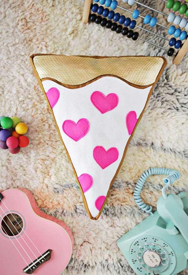 45. Almofadas divertidas em formato de pizza para sala de estar criativa – Foto Pinterest