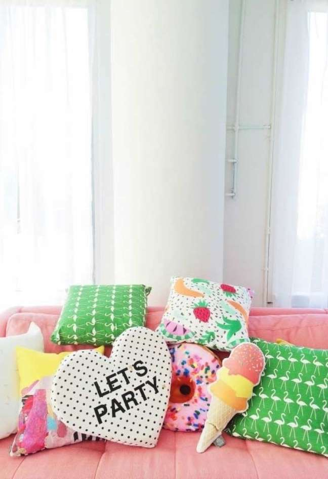 7. Sofá rosa com almofadas divertidas variadas – Foto Pinterest
