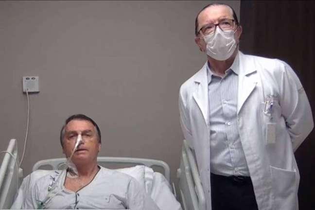 Bolsonaro posa com o médico Antônio Macedo durante entrevista