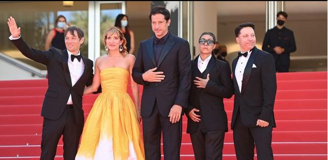 """Sean Baker e sua equipe na première de """"Red Rocket"""" em Cannes"""