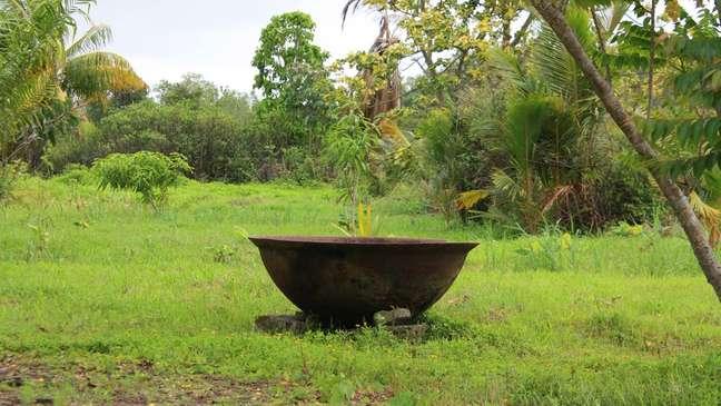 Objetos como uma 'kappa' (caldeira de ferro fundido) e 'troncos' (contenção para os pés) ajudam a tornar mais tangíveis as experiências dos escravos