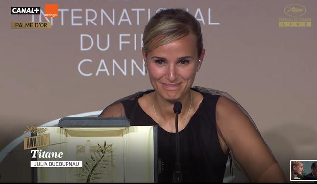 Julia Ducournau com sua Palma de Ouro, na coletiva de Imprensa após a premiação