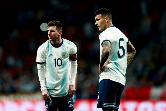 Paredes e Messi jogam juntos na seleção argentina (Foto: BENJAMIN CREMEL / AFP)