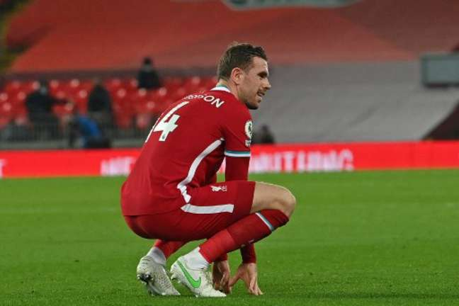 Henderson deve renovar contrato com o Liverpool (PAUL ELLIS / POOL / AFP)