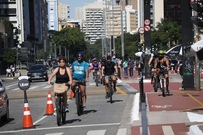 Reabertura da Ciclo Via de lazer da Avenida Paulista, na cidade de São Paulo, SP, neste domingo, 25