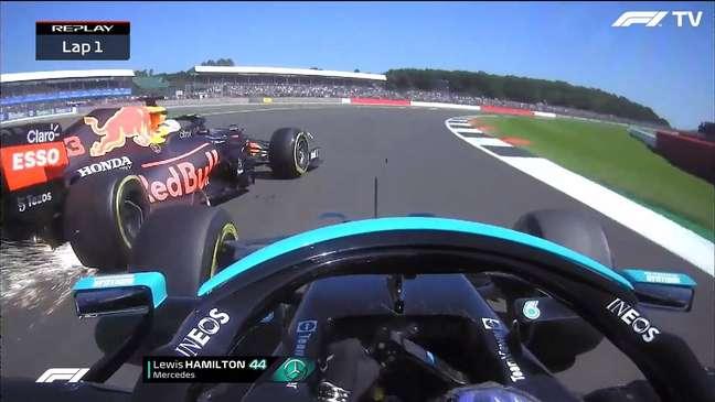 O instante do toque entre Lewis Hamilton e Max Verstappen em Silverstone