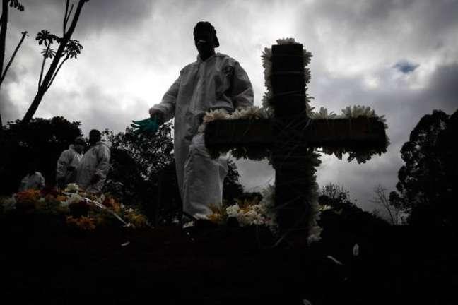 Brasil tem mais mortes no domingo do que no sábado, invertendo a tendência de queda nos números