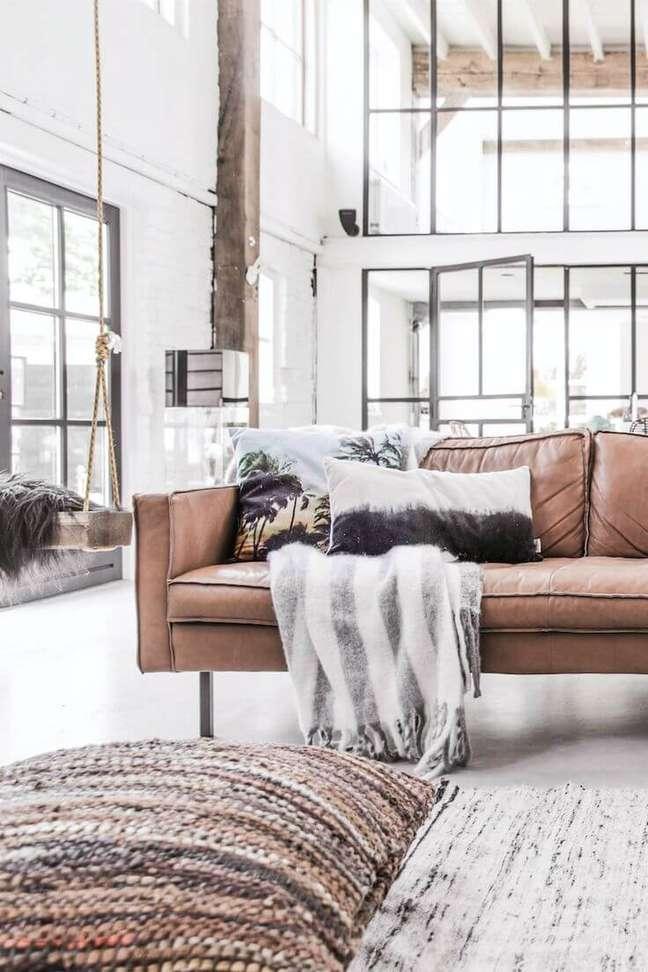 9. Móveis em tons de marrom para sala grande e iluminada – Foto Pinterest