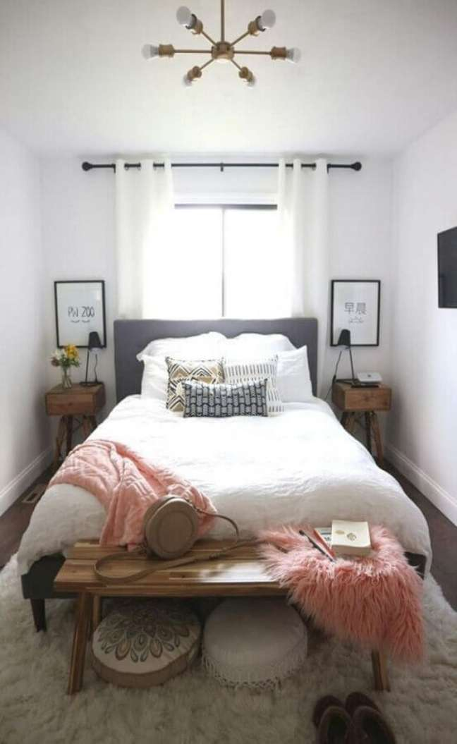 7. Dicas de decoração para quarto pequeno branco com banco de madeira e cabeceira cinza – Foto: Home Fashion Trend