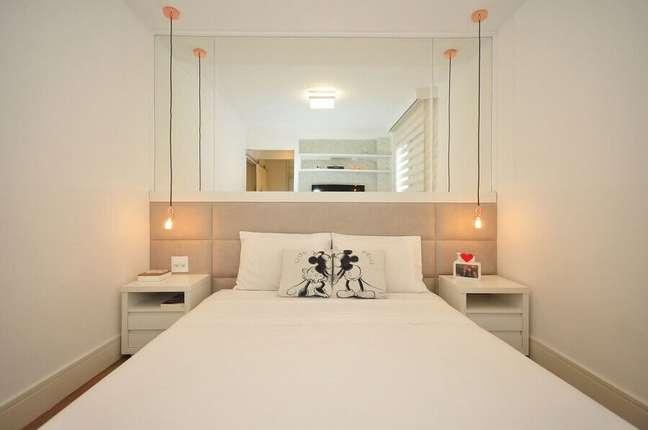60. Dicas para decorar quarto pequeno todo branco com parede espelhada e cabeceira estofada bege – Foto: Pinterest