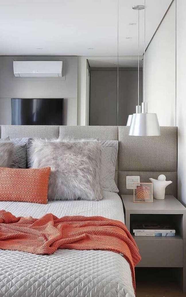 29. Dicas de decoração para quarto de casal cinza e branco com cabeceira estofada e parede espelhada – Foto: Pinterest
