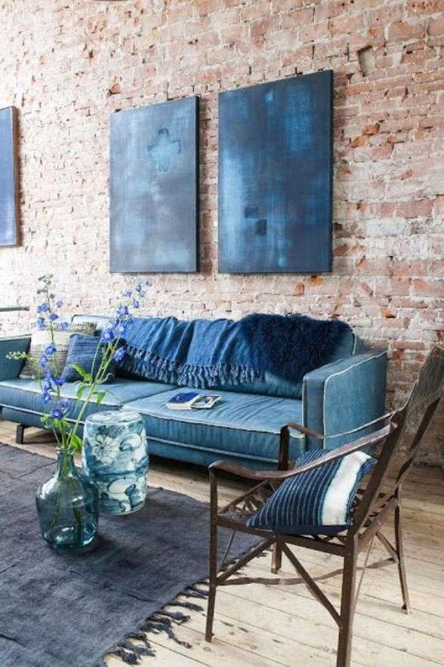 33. Sala com papel de parede rustico – Foto Casa e Jardim