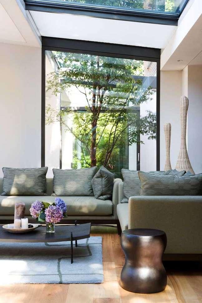 22. Sala com sofá estilo industrial e com jardim de inverno – Foto pinterest