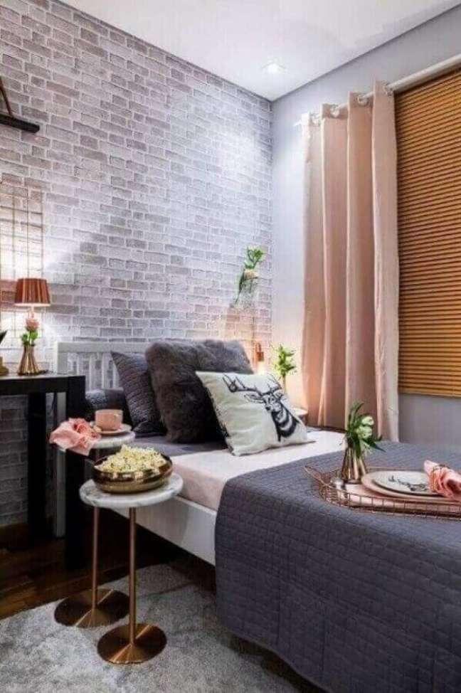 46. Dicas de decoração para quartos femininos cinza e rosa com papel de parede tijolinho – Foto: Pinterest