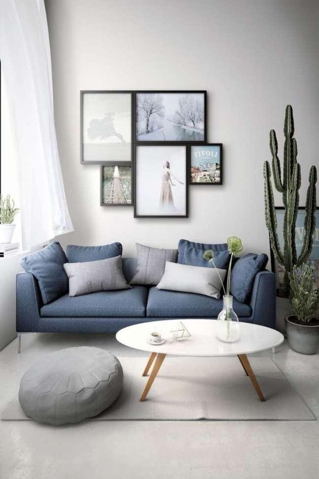 15. Sofá simples azul claro na sala iluminada e branca – Foto Salade